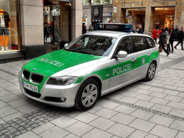800px-München-_Innenstadt_(bei_Frauenkirche)-_Streifenwagen_der_Polizei_Bayern_(BMW_M-PM-9036)_1.4.2010